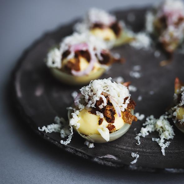 Digitala Köksskolan: Mjukbakad och brynt lök med ostkräm och brödcrumble toppad med Wrångebäcks ost och picklad lök